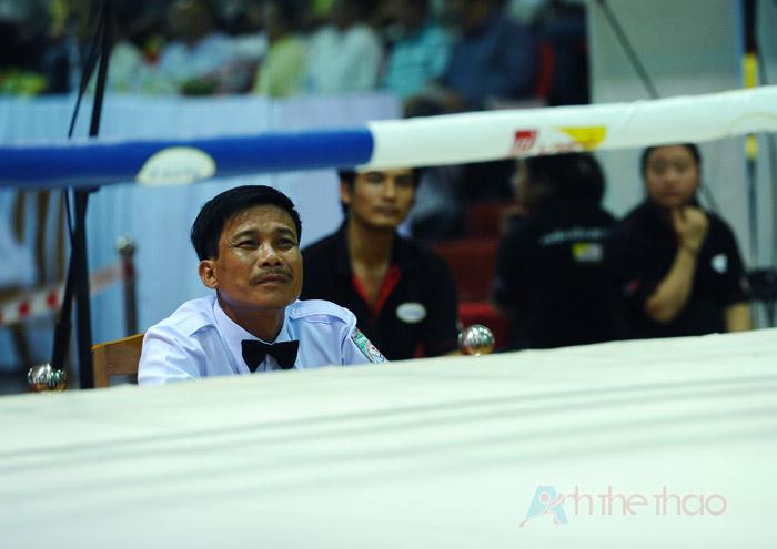 Trọng tài chăm chú quan sát trận đấu