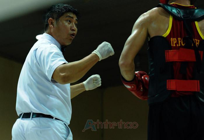 Trọng tài yêu cầu 2 võ sĩ tích cực thi đấu
