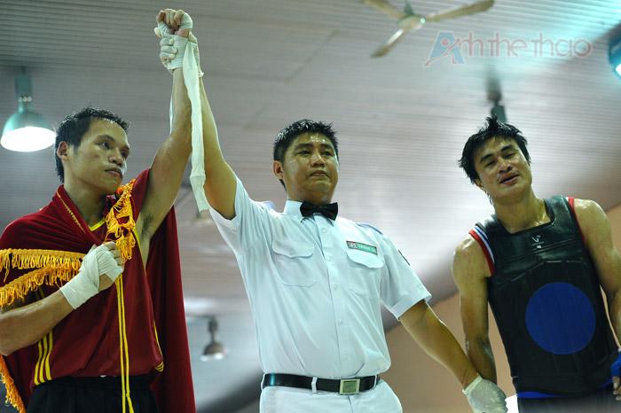 Hoàng Minh Anh (giáp đỏ) dành chiến thắng