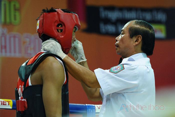 Trọng tài chăm sóc vết thương cho võ sĩ