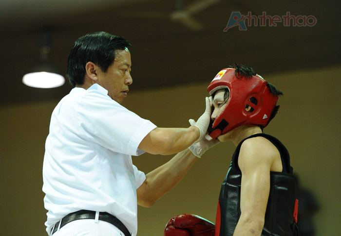 Trọng tài lau mồ hôi cho võ sĩ