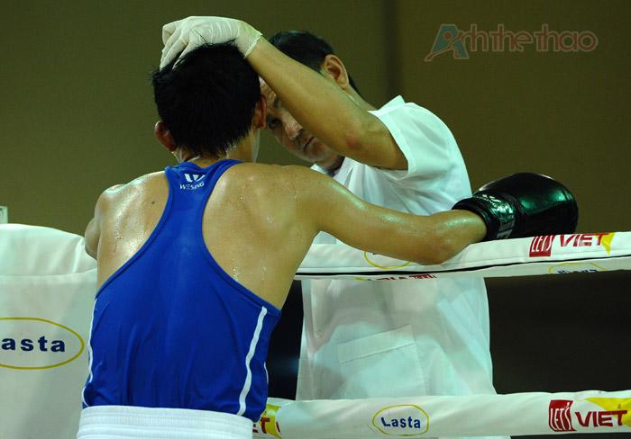Bác sĩ chăm sóc cho võ sĩ bị chấn thương