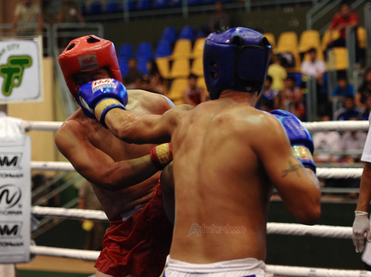 Jab: Cú đấm thẳng về phía trước vai, một động tác đơn giản nhất trong Kick-boxing