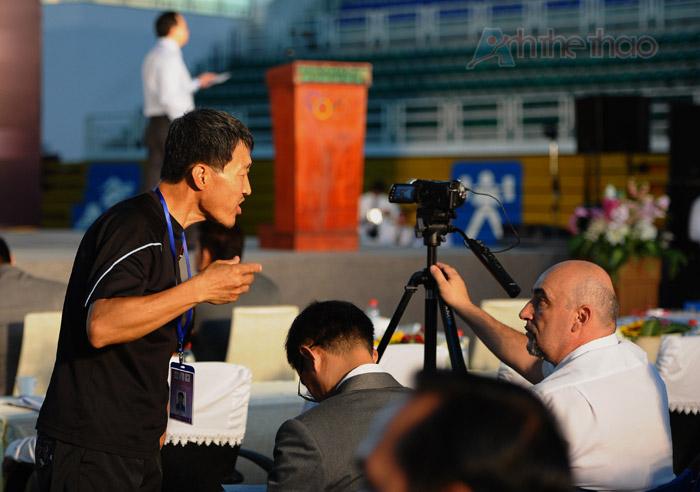 PV Hàn Quốc quát tháo một khách VIP khi ông đứng để camera quá cao
