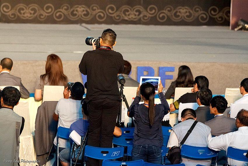 Tay PV Hàn Quốc đứng suốt sau hàng ghế giám khảo, ban tổ chức...hỏi sao khách mời vip xem thi đấu và pv tác nghiệp được nữa chứ