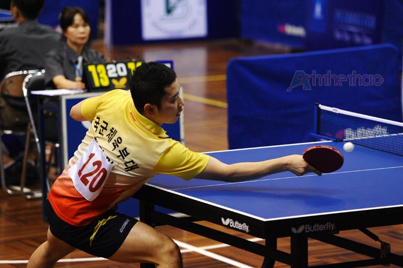 Tay vợt Hàn Quốc đỡ bóng