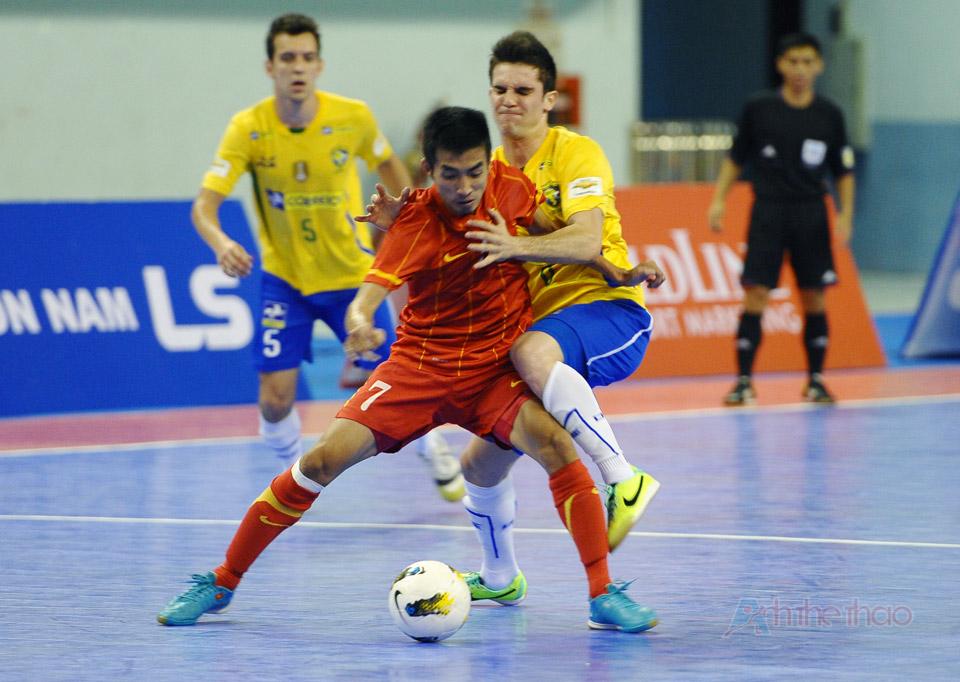 Việt Nam tranh bóng quyết liệt với Brazil