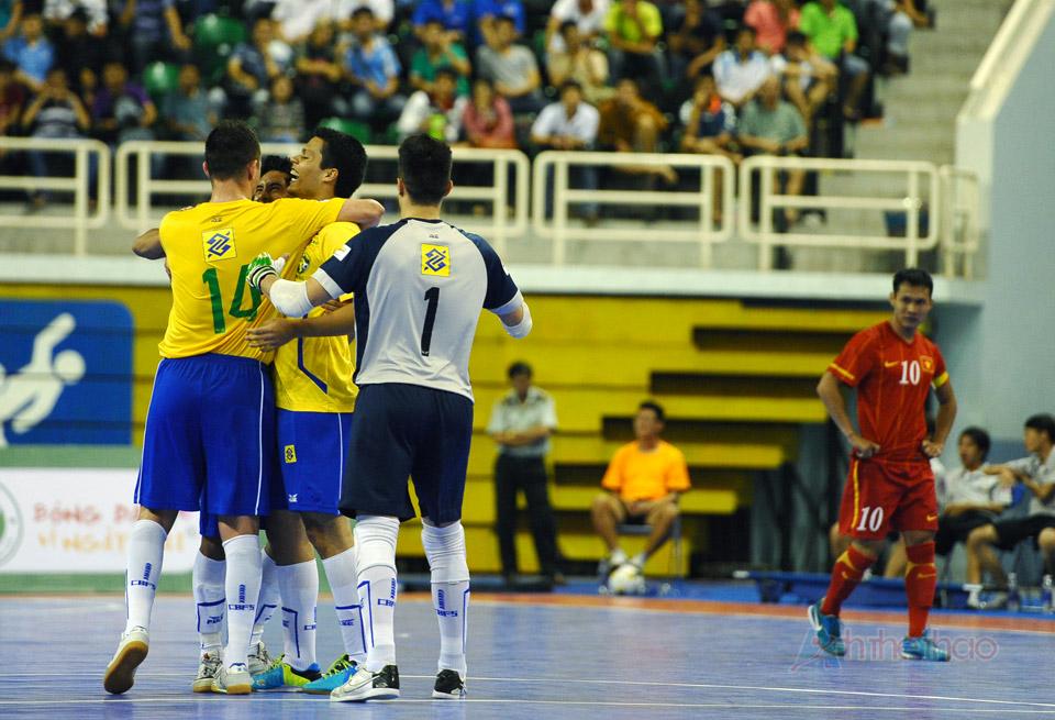 Brazil ăn mừng khi san bằng tỉ số