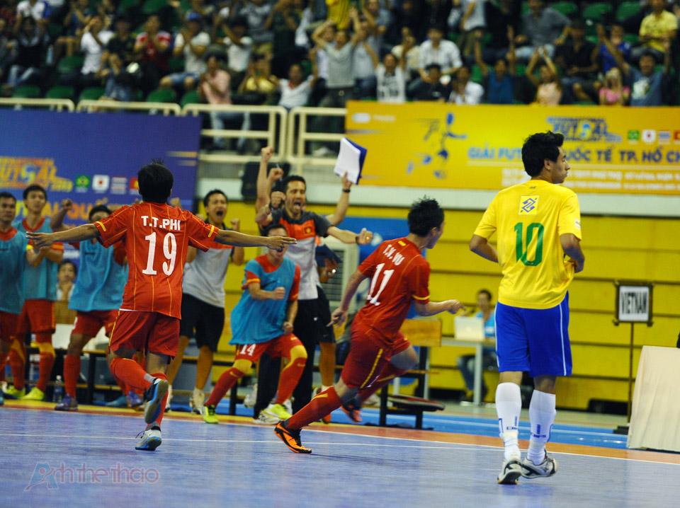 Niềm vui của đội tuyển khi Việt Nam nâng tỉ số lên 3 - 2