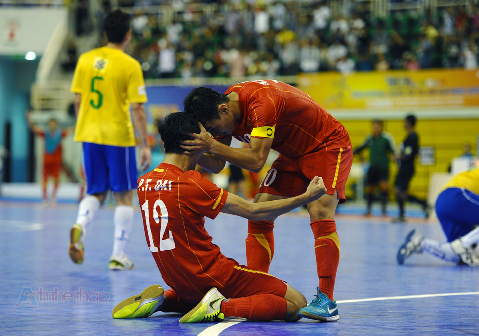 Đồng đội chia sẻ niềm vui chiến thắng