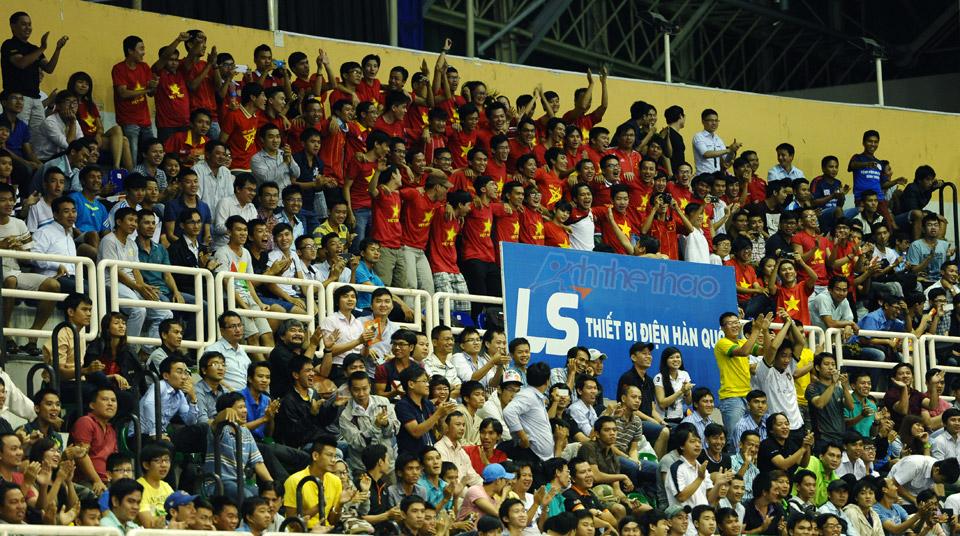 Khán giả như vỡ hòa khi Việt Nam dẫn trước 3 - 2
