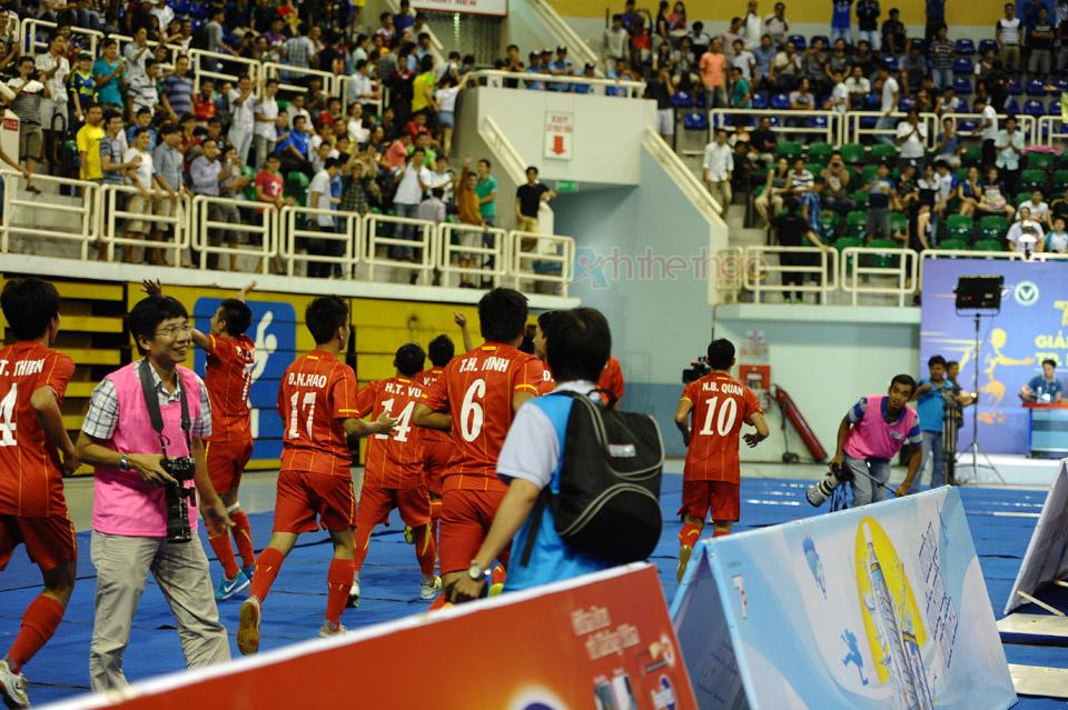 Đội tuyển Việt Nam chạy quanh nhà thi đấu chia vui cùng cổ động viên