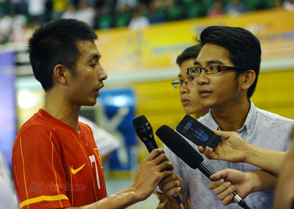 Cầu thủ Phùng Trọng Luân trả lời phỏng vấn sau trận đấu
