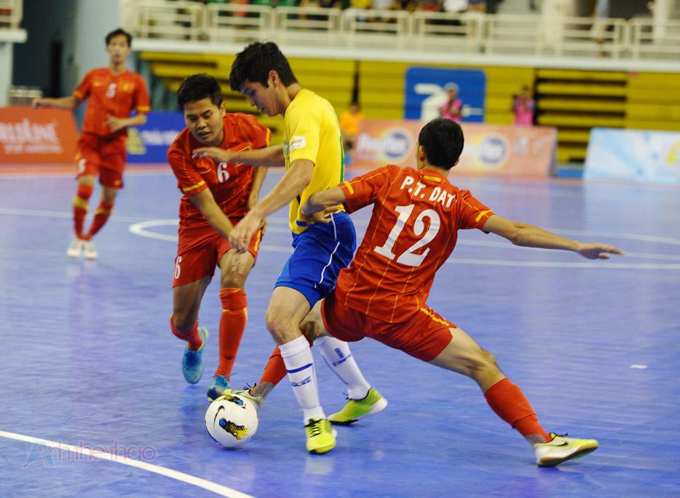 Việt Nam cản phá quyết liệt khi Brazil có bóng