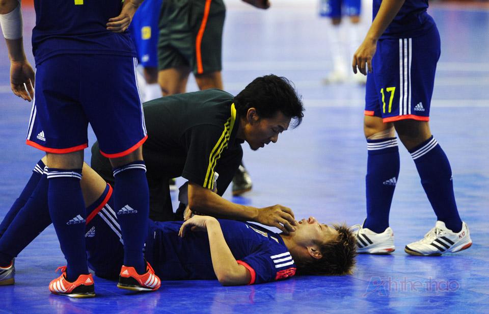 Một cầu thủ Nhật bị chấn thương sau khi va chạm với số 9 Brasil