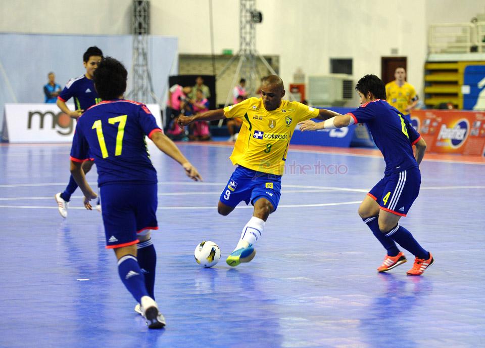 Mỗi lần cầu thủ Brasil có bóng, tuyển Nhật phải tập trung toàn lực để truy cản.