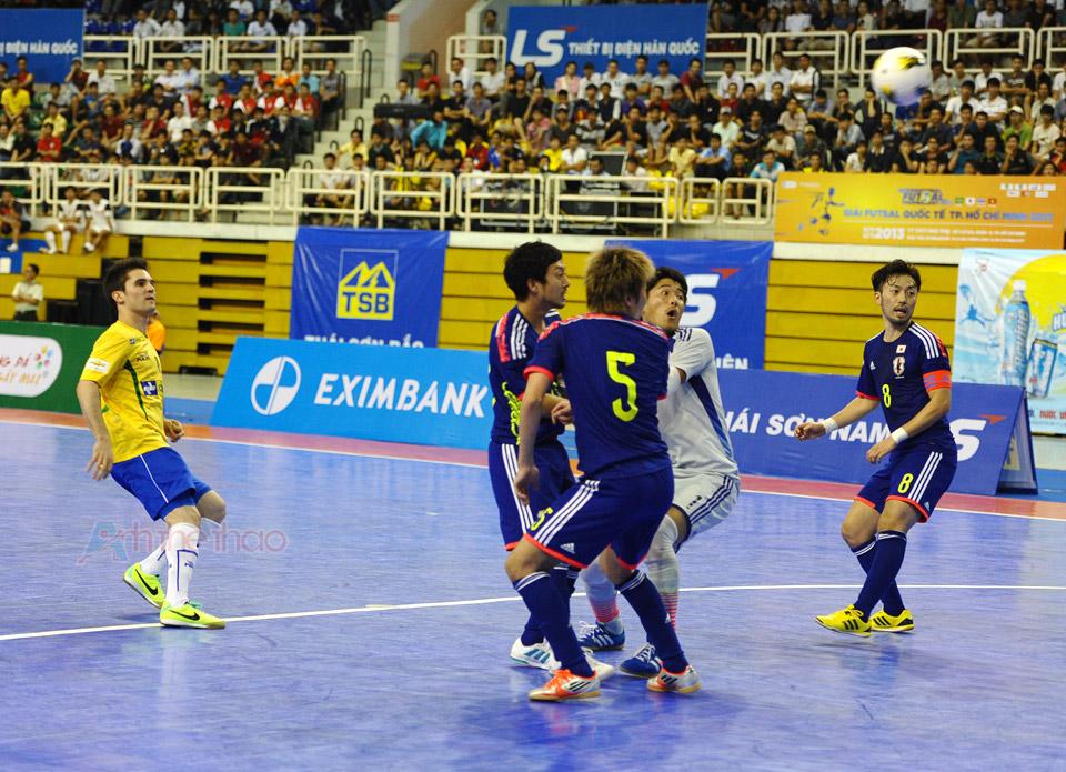 Pha nâng tỉ số từ đá phạt, bóng đi từ góc trên khung thành, hậu vệ lẫn thủ môn Nhật chỉ biết đứng nhìn
