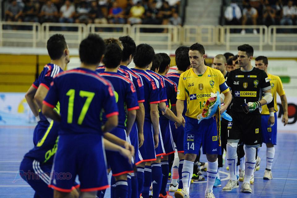 Hai đội bắt tay nhau trước trận đấu