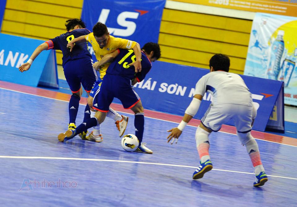 Hậu vệ Nhật hết sức vất vả với các tiền đạo Brasil với kỹ thuật cá nhân điêu luyện