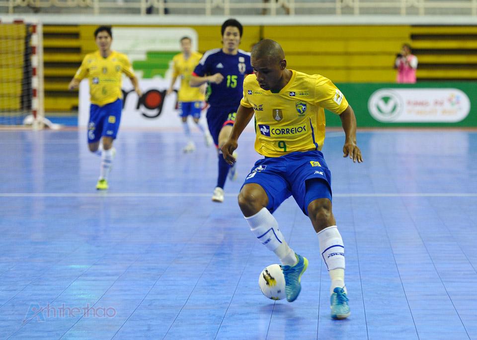 Pha xử lý bóng của tiền đạo Brasil