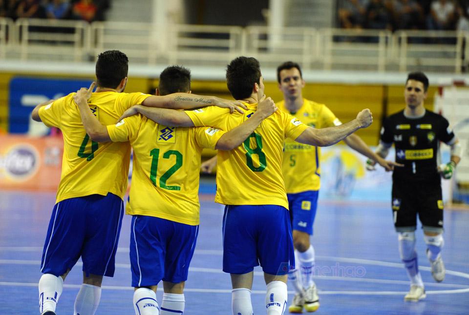 Các cầu thủ Brasil chia sẻ niềm vui sau khi ghi bàn