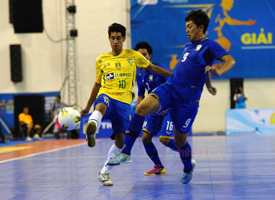 Pha tranh chấp bóng giứa Brasil và Thái Lan