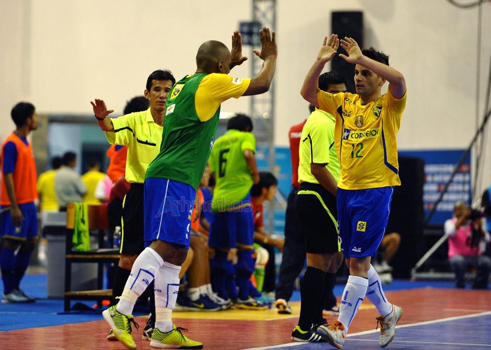 Brasil ăn mừng khi mở tỷ số