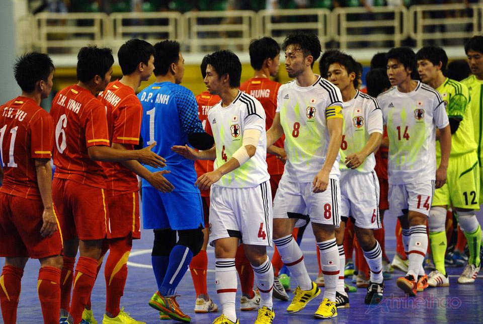 Các cầu thủ bắt tay sau khi kết thúc trận đấu