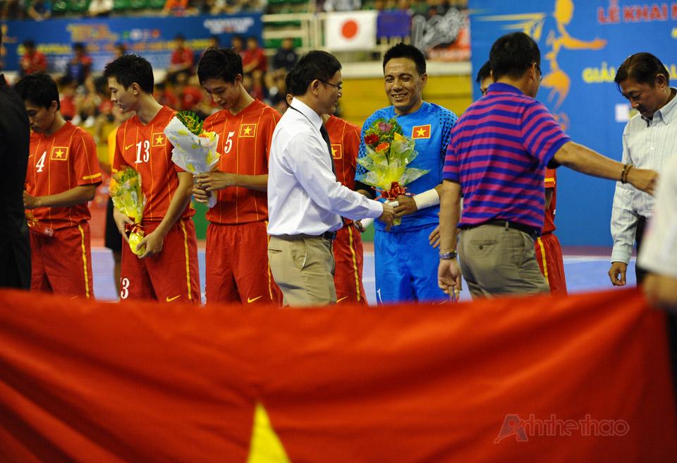 Lãnh đạo tặng hoa cho các cầu thủ Việt Nam