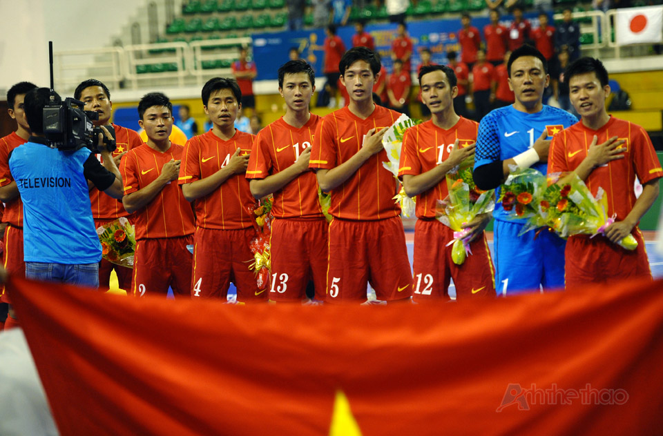 Việt Nam chào cờ
