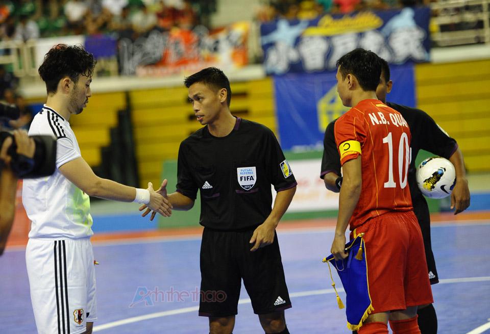 Hai đội làm thủ tục trước trận đấu
