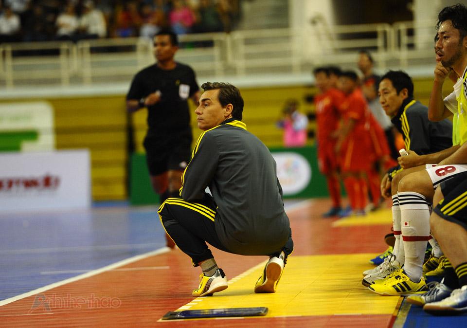 Tư thế ngồi quen thuộc của HLV đội tuyển Nhật Bản