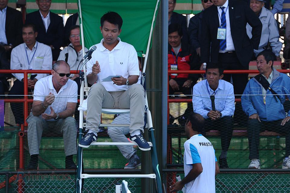 Aqeel Khan khiếu nại với trọng tài vì sự ồn ào của khán giả