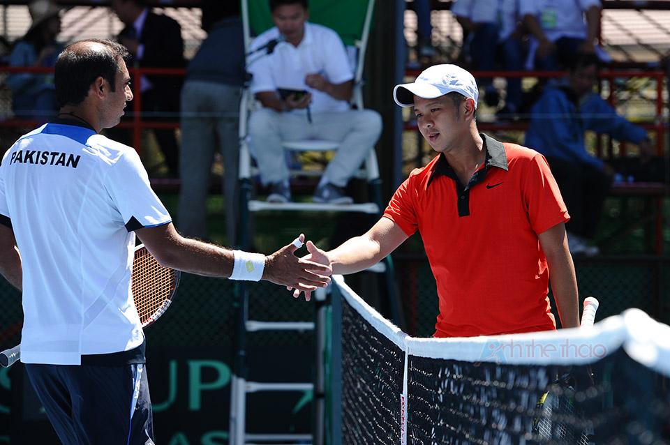 Hai tay vợt bắt tay kết thúc trận đấu