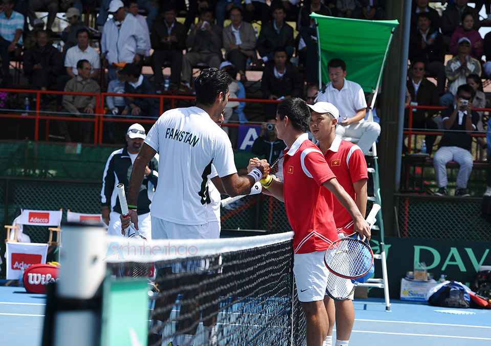 Hai đội bắt tay sau trận đấu