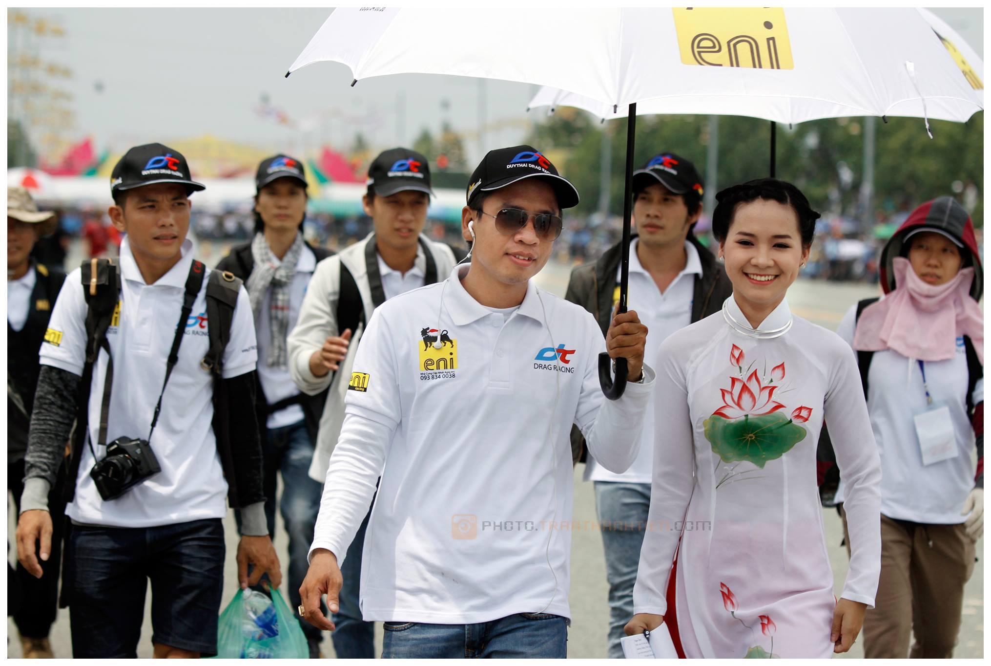 Ban tổ chức - Công ty Duy Thái cùng MC và nhóm phóng viên Ảnh Thể Thao tiến vào vị trí làm lễ khai mạc