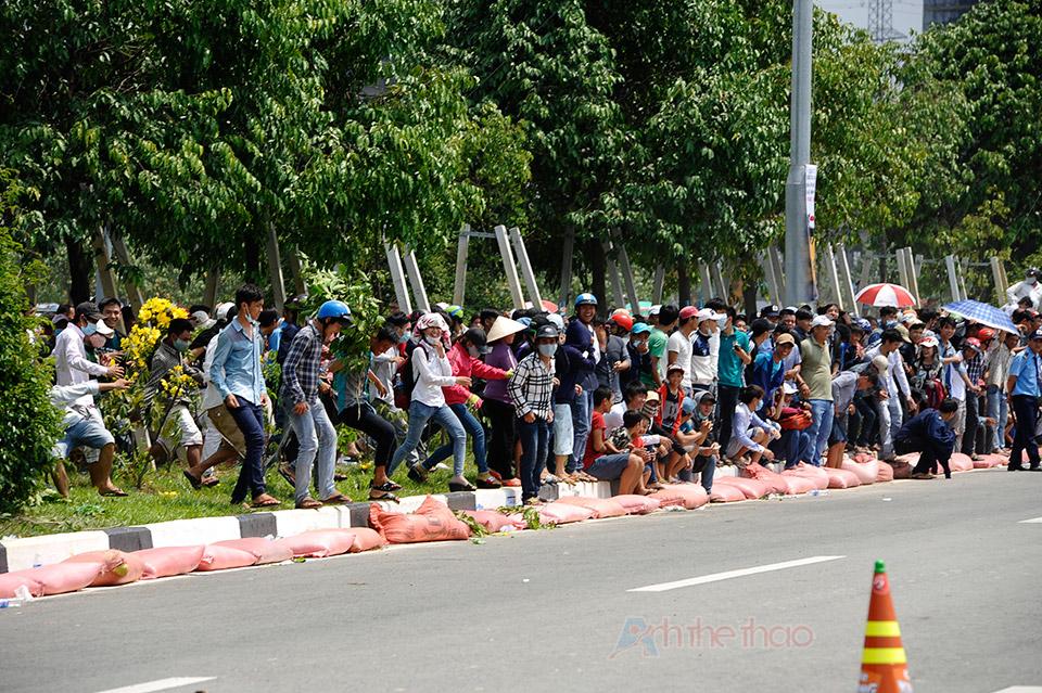 Người dân ùa xuống khi lực lượng trật tự bỏ đi