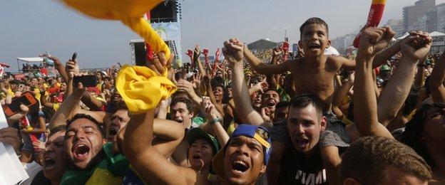 Người dân Brazil vui mừng khi đội nhà dành chiến thắng