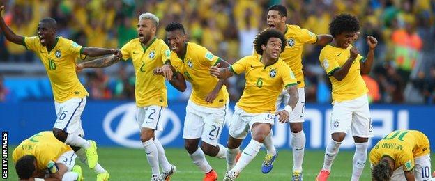Brazil vui mừng khi Neymar sút thành công quả luân lưu cuối