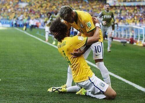 Brazil mở tỉ số