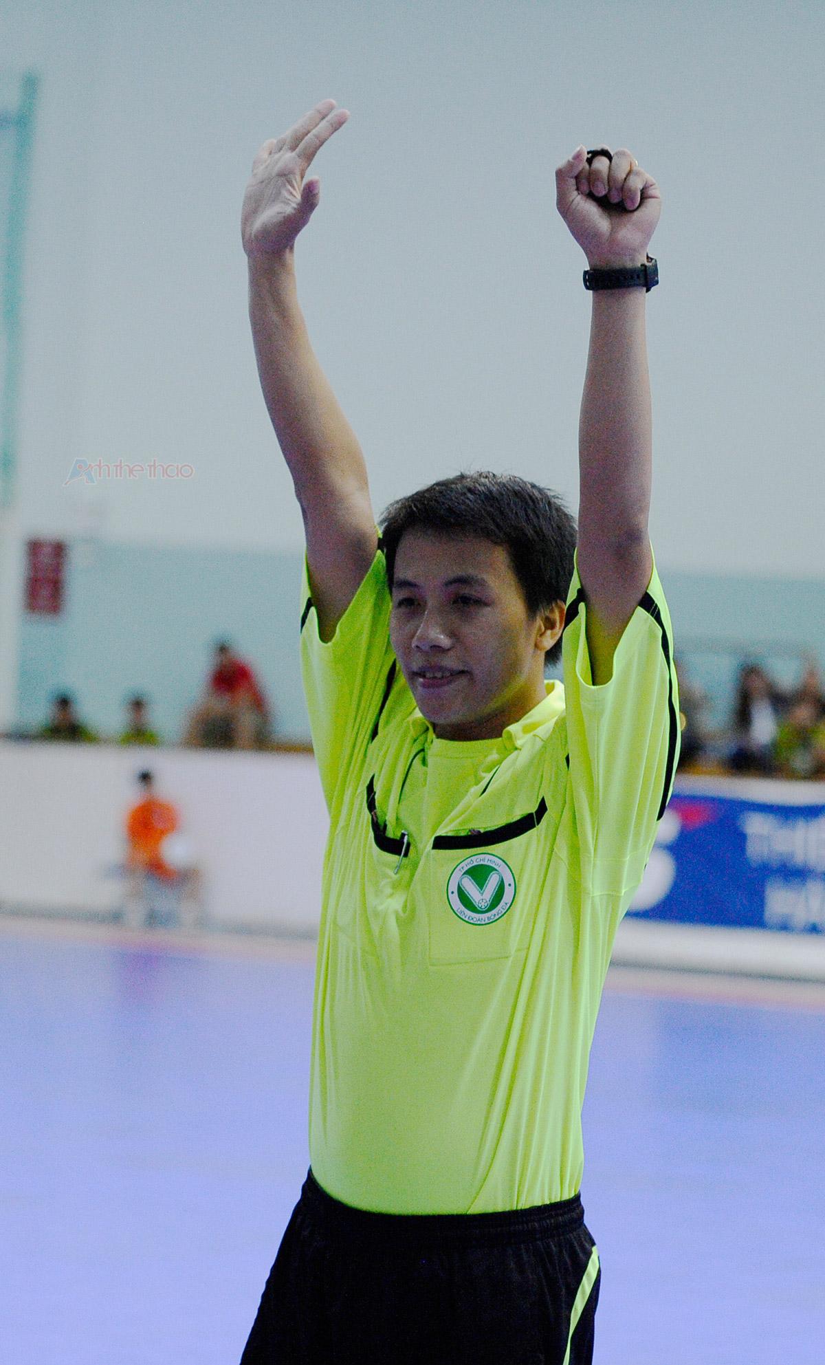 Trọng tài thông báo cầu thủ số 19 ghi bàn
