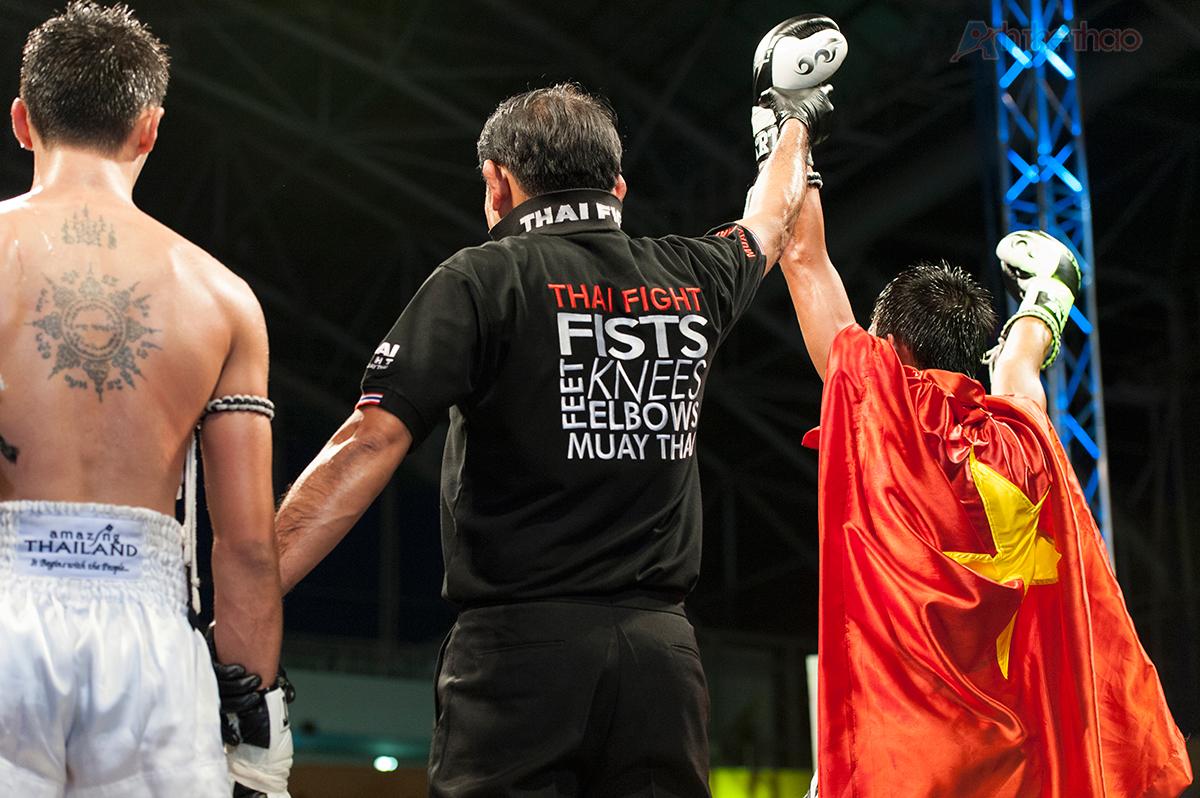 Võ sĩ Muay Nguyễn Phú Hiển dành chiến thắng thuyết phục