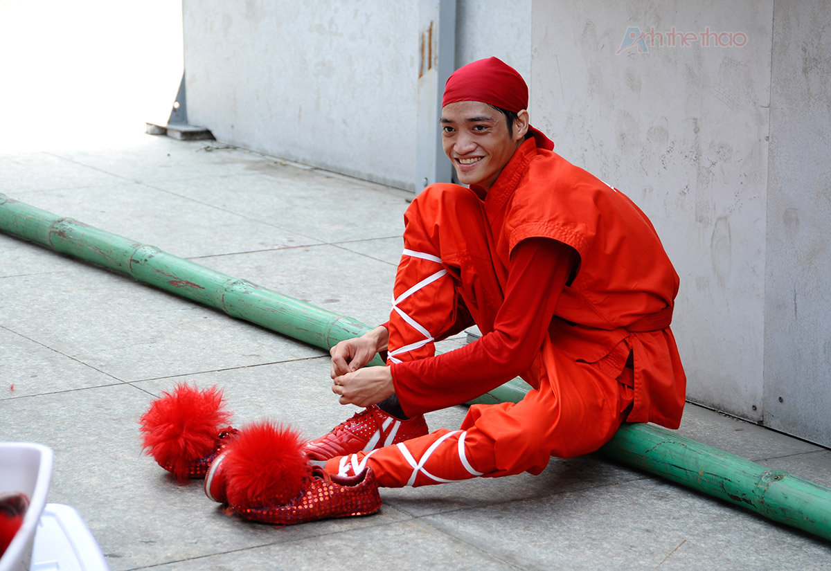 Thành viên Nhơn Nghĩa Đường chuẩn bị trang phục