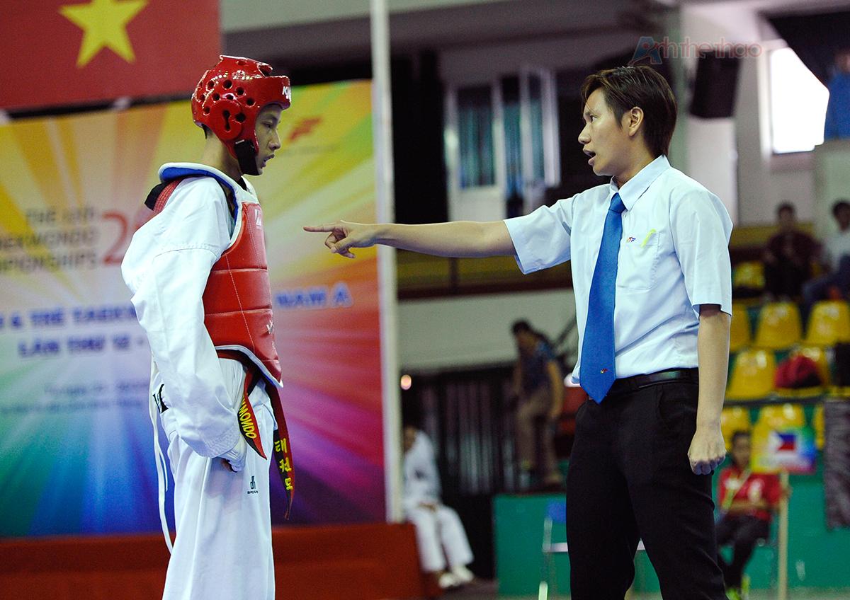 Trọng tài khiển trách võ sĩ Vietnam