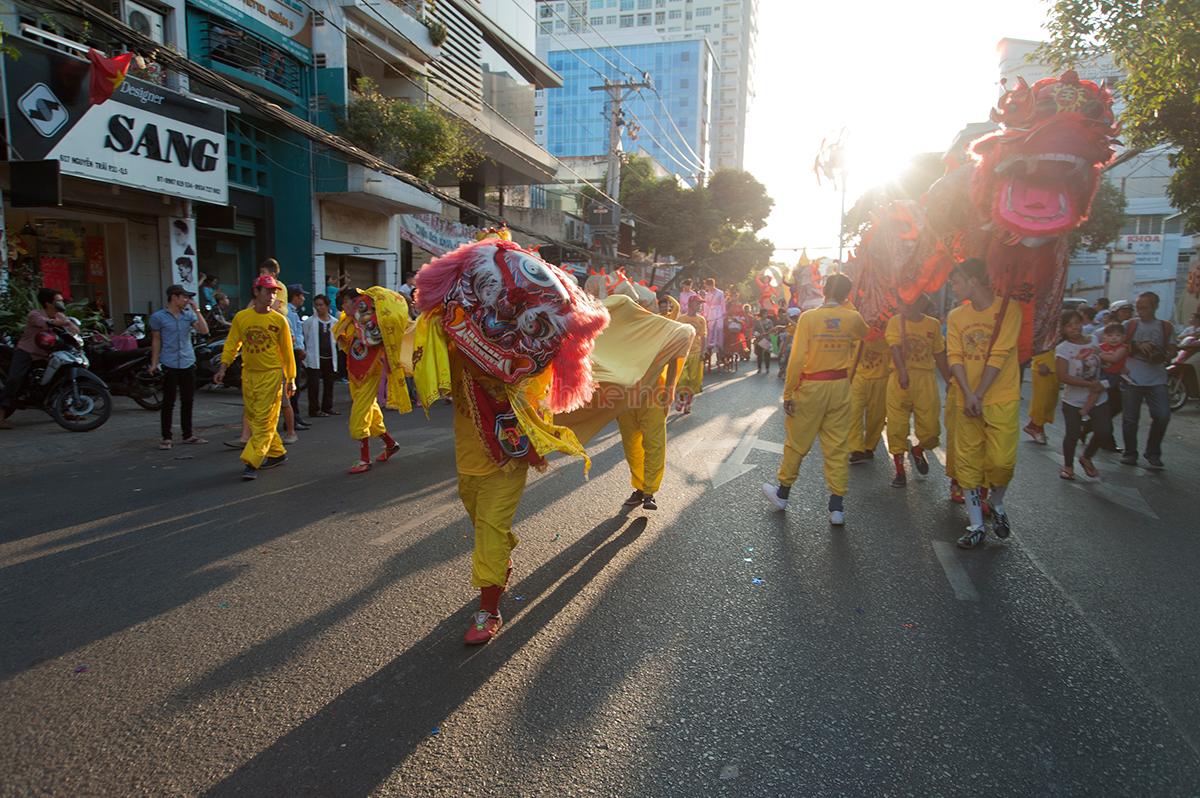 Múa hẩu trên đường diễu hành