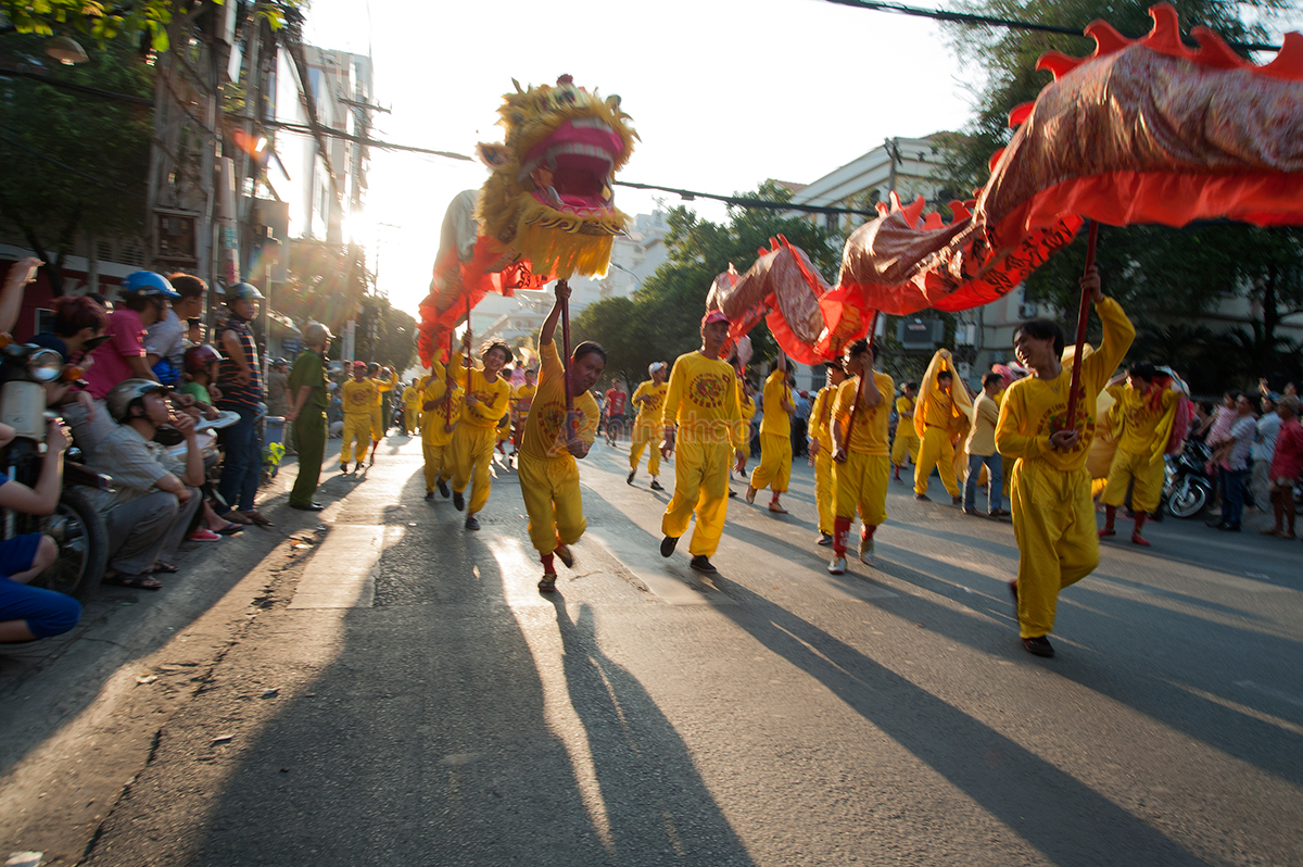 Múa rồng trên đường diễu hành