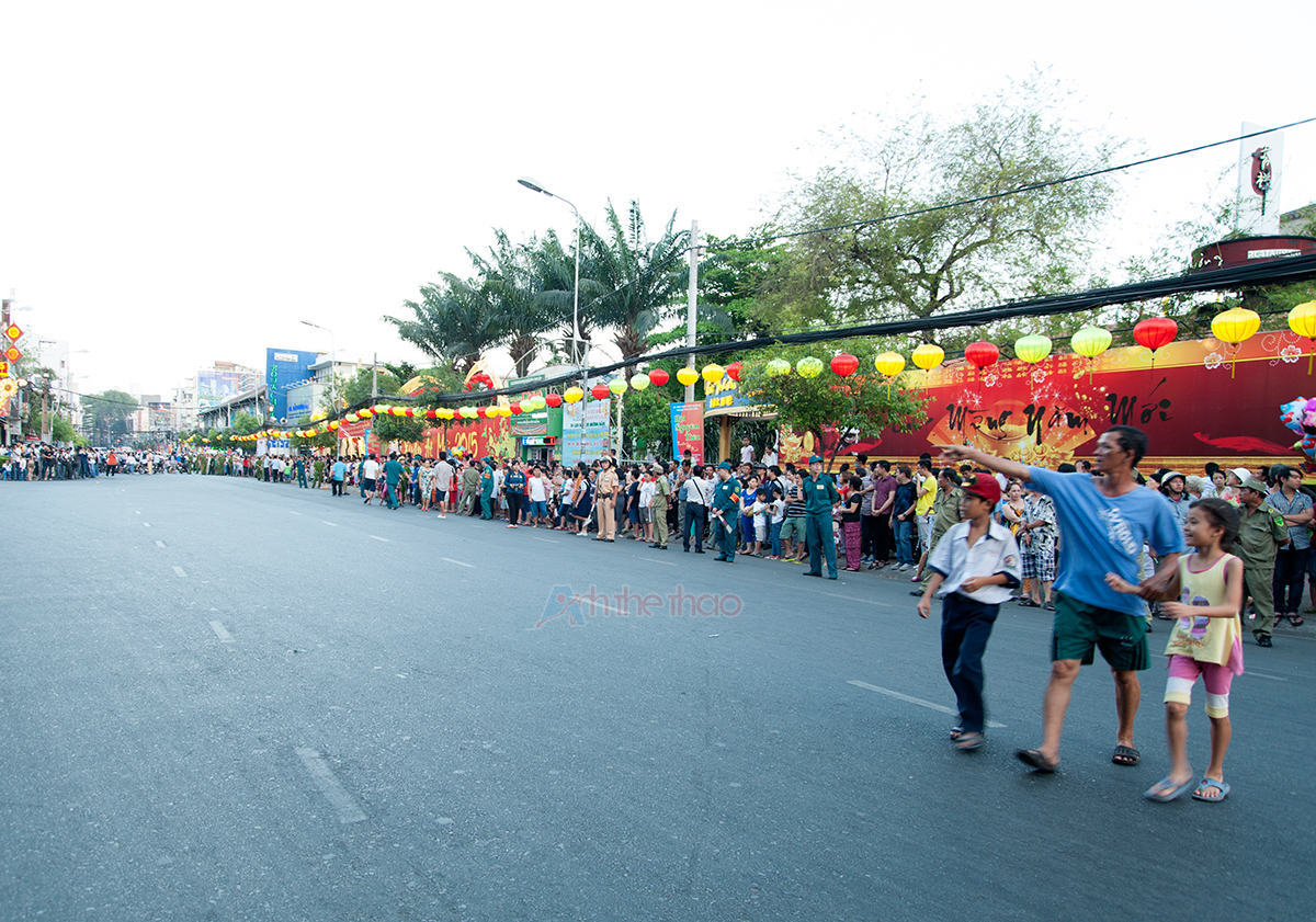 Người dân xung quanh háo hức đứng xem dọc hai bên đường từ rất sớm