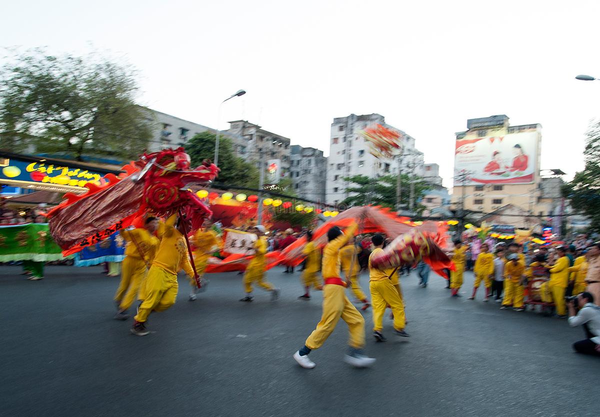 Người dân háo hức xem múa rồng