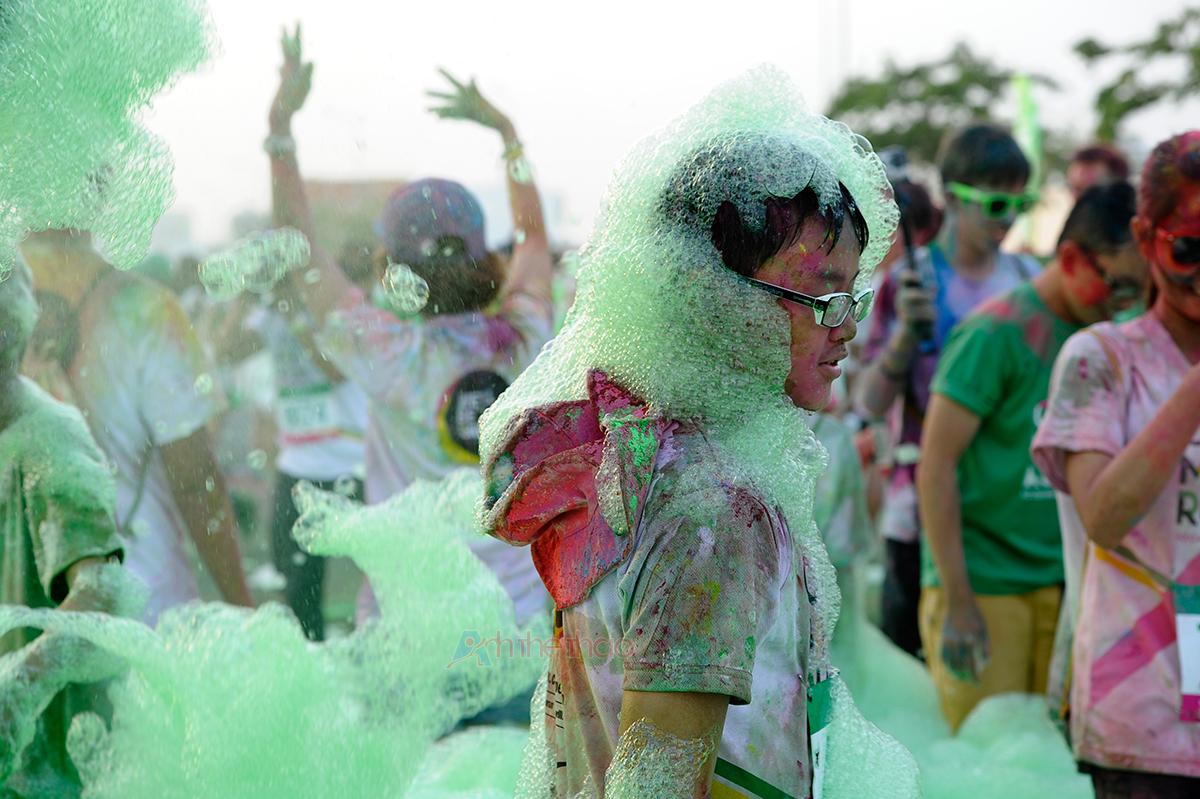 Trẻ em thích thú với bọt bong bóng màu xanh thổi bay tung toé