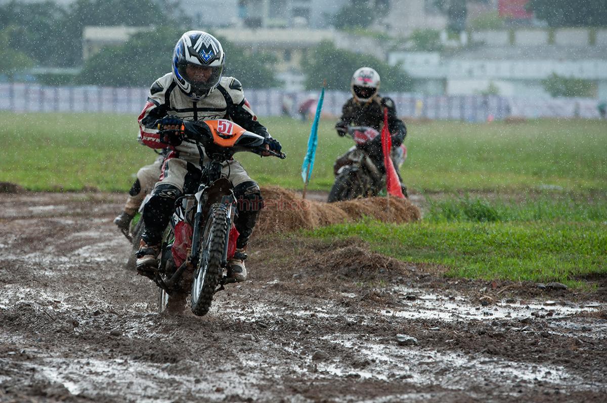Cơn mưa khiến khiến những pha rượt đuổi giữa các tay đua như thêm phần ác liệt và gay cấn